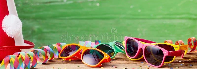 Εορταστικό έμβλημα με τα γυαλιά ηλίου και το καπέλο κομμάτων στοκ φωτογραφίες με δικαίωμα ελεύθερης χρήσης