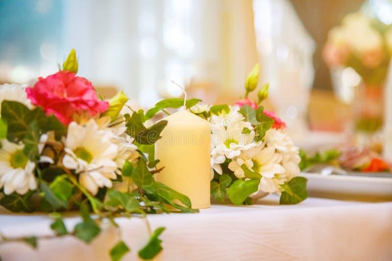 Εορταστικό γαμήλια ντεκόρ, κεριά και λουλούδια στοκ φωτογραφίες με δικαίωμα ελεύθερης χρήσης