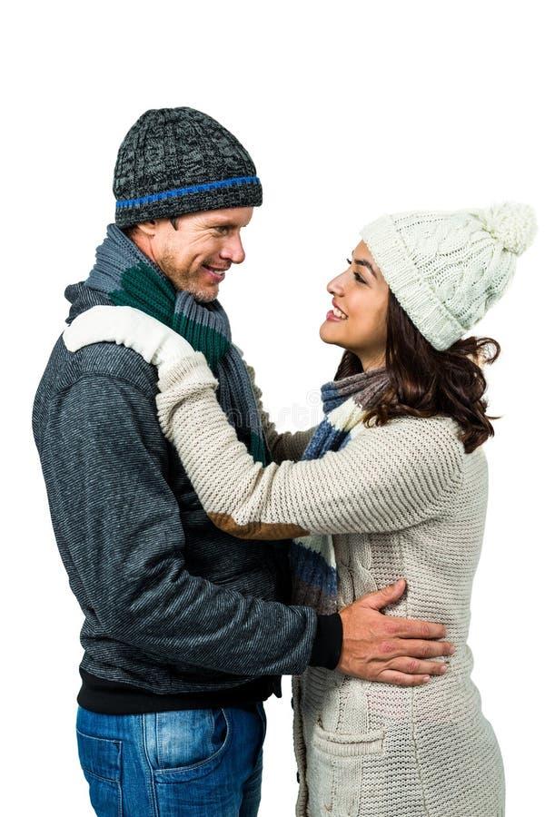 Εορταστικό ζεύγος στα χειμερινά ενδύματα στοκ εικόνες