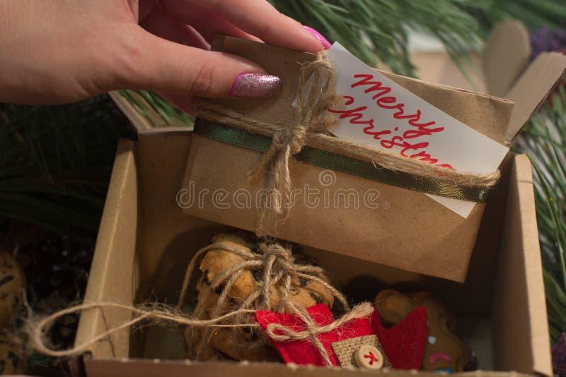 Εορταστικό κιβώτιο με τα χριστουγεννιάτικα δώρα στοκ φωτογραφία με δικαίωμα ελεύθερης χρήσης