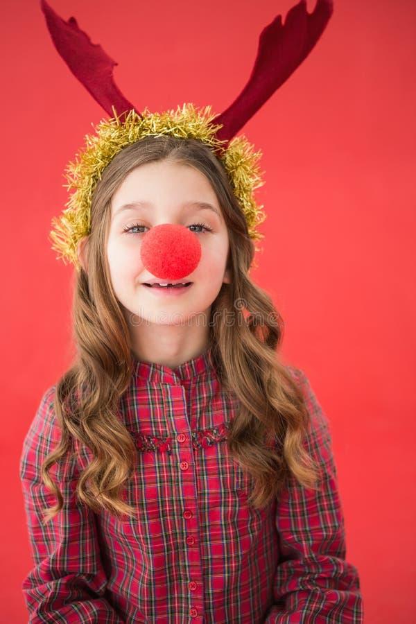 Εορταστικό μικρό κορίτσι που φορά την κόκκινη μύτη στοκ εικόνα με δικαίωμα ελεύθερης χρήσης