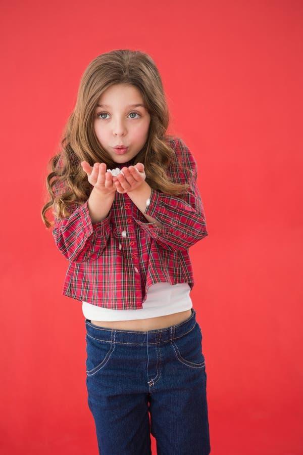 Εορταστικό μικρό κορίτσι που φυσά πέρα από τα χέρια στοκ εικόνες