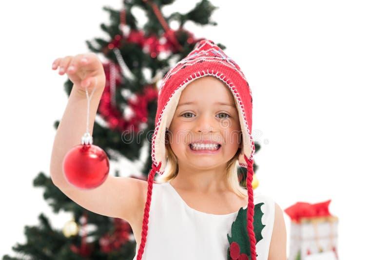 Εορταστικό μπιχλιμπίδι Χριστουγέννων εκμετάλλευσης μικρών κοριτσιών στοκ εικόνες με δικαίωμα ελεύθερης χρήσης