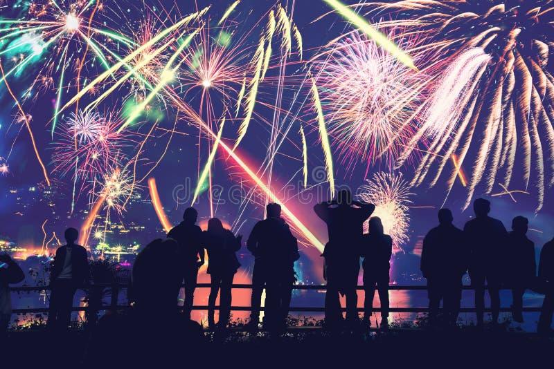 Εορταστικό νέο έτος υποβάθρου με τα πυροτεχνήματα Νέα πυροτεχνήματα έτους Οι άνθρωποι γιορτάζουν τη Πρωτοχρονιά στοκ εικόνες