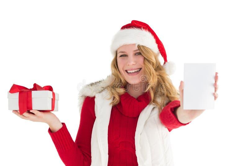 Εορταστικό ξανθό δώρο εκμετάλλευσης σε δεξή στοκ εικόνες με δικαίωμα ελεύθερης χρήσης