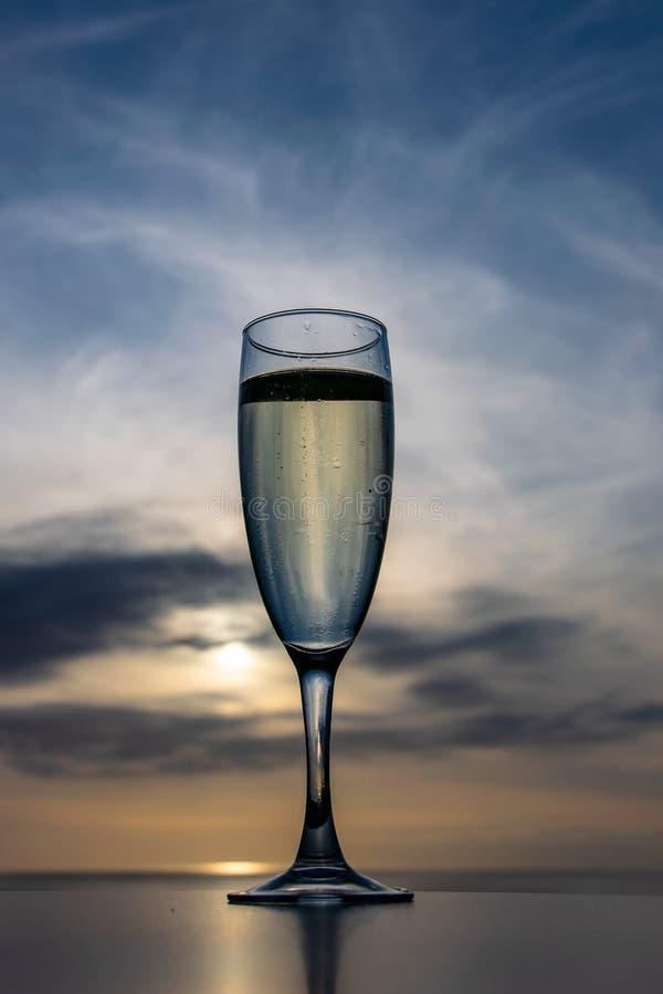Εορταστικό ποτό στο ηλιοβασίλεμα στοκ εικόνες με δικαίωμα ελεύθερης χρήσης