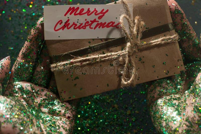 Εορταστικό σκηνικό του χριστουγεννιάτικου δώρου στοκ εικόνες