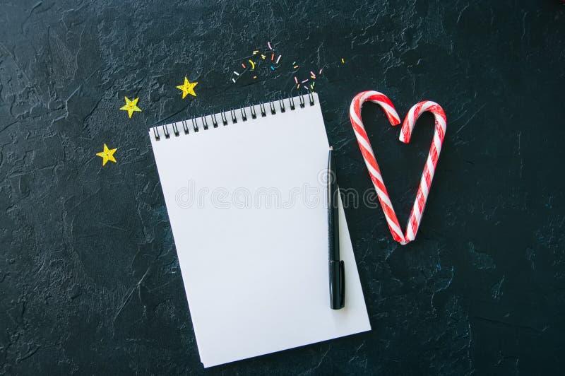 Εορταστικό υπόβαθρο, άσπρη κενή σελίδα του σημειωματάριου, κάλαμοι καραμελών, ομο στοκ φωτογραφίες με δικαίωμα ελεύθερης χρήσης