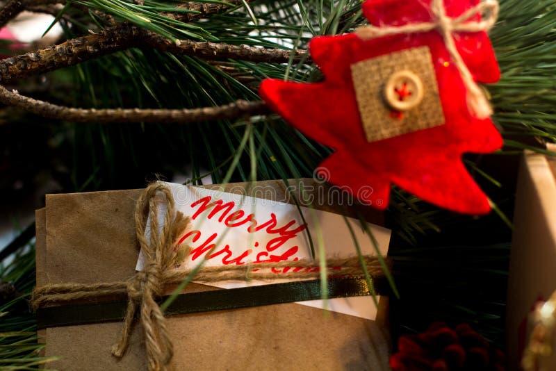 Εορταστικό υπόβαθρο των χριστουγεννιάτικων δώρων στοκ εικόνες