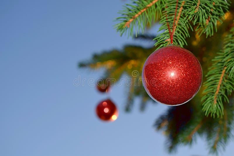 Εορταστικό χριστουγεννιάτικο δέντρο υπαίθρια με τις σφαίρες στοκ εικόνες