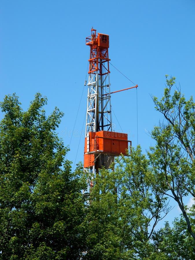 επάνω από τα φυσικά οξύνοντας δέντρα αερίου τρυπανιών στοκ εικόνες