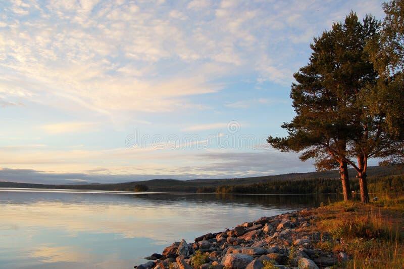 επάνω από τα όμορφα σύννεφα πουλιών τα χρώματα πετούν νωρίς το χρυσό πρωινού SOM θάλασσας ανόδων αντανάκλασης φύσης ευχάριστο ήρε στοκ φωτογραφία