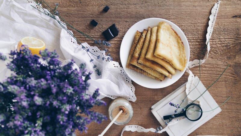Επάνω από την άποψη της αγροτικής σύνθεσης Η ανθοδέσμη ξηρό lavender, μέλι, ενίσχυση - γυαλί, κομμάτια της σοκολάτας και στοκ εικόνες