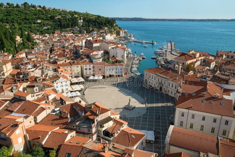 Επάνω από την άποψη Piran με το λιμένα και την πλατεία Tartini, Σλοβενία στοκ φωτογραφίες