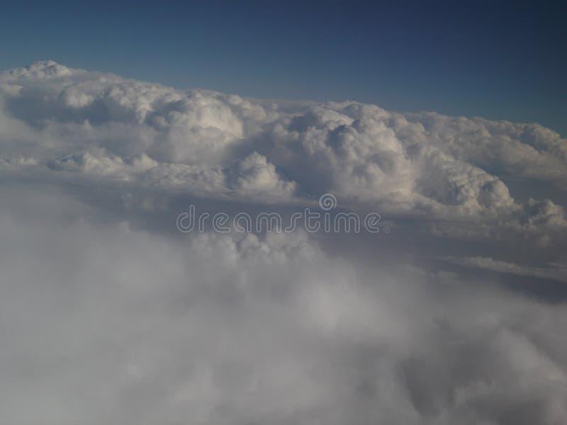 επάνω από την πτήση σύννεφων στοκ εικόνες