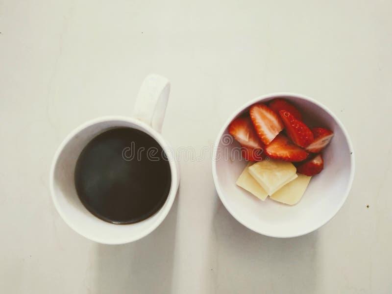 επάνω από την όψη φράουλες και τυρί καφέ προγευμάτων στοκ φωτογραφίες με δικαίωμα ελεύθερης χρήσης