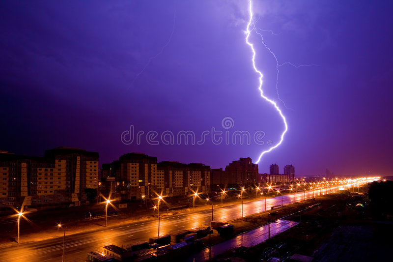 επάνω από τη νύχτα αστραπής πό&lambda στοκ φωτογραφίες