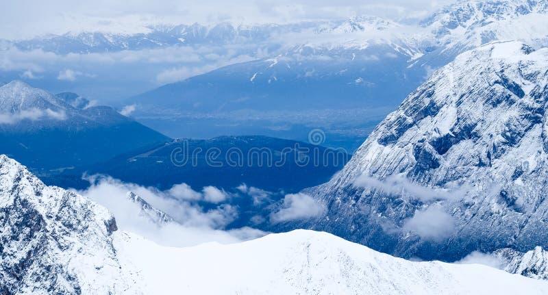 Download Επάνω από τη φωτογραφία ταξιδιού Zugspitze σύννεφων - υψηλότερη αιχμή Germany's Στοκ Εικόνες - εικόνα από ανακαλύψτε, πολυλογάδων: 62712716