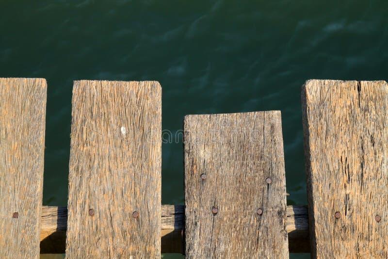 επάνω από τον ποταμό πατωμάτων ξύλινο στοκ εικόνες με δικαίωμα ελεύθερης χρήσης