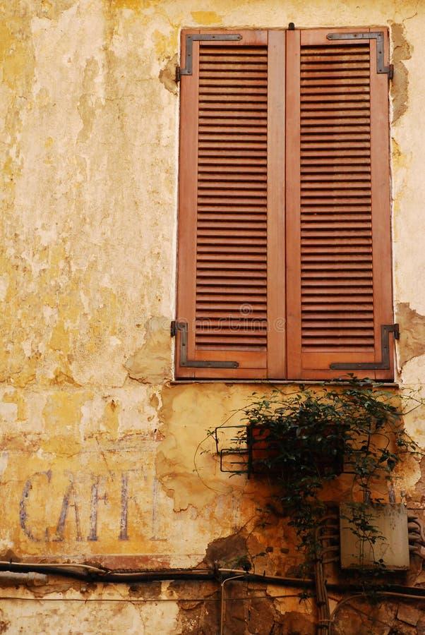 επάνω από το παλαιό παράθυρο σημαδιών καφέδων στοκ φωτογραφία με δικαίωμα ελεύθερης χρήσης