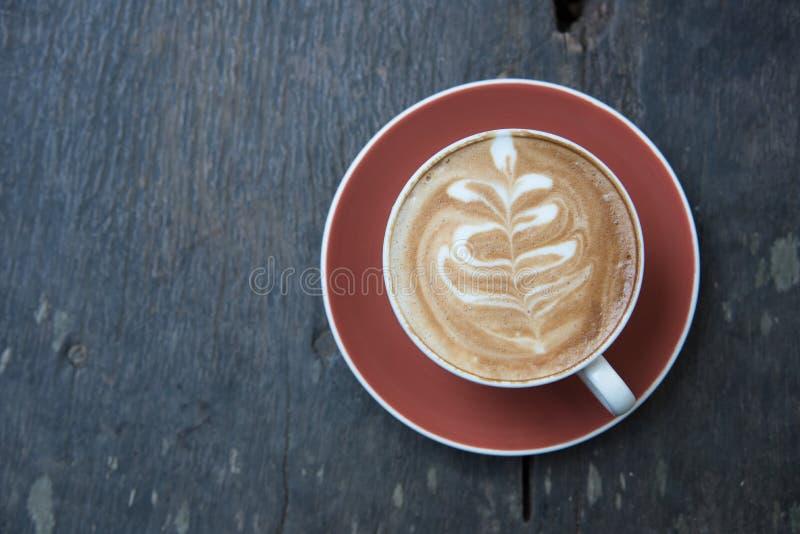 Επάνω από το φλυτζάνι του καυτού καφέ τέχνης latte σε ξύλινο στοκ εικόνα με δικαίωμα ελεύθερης χρήσης