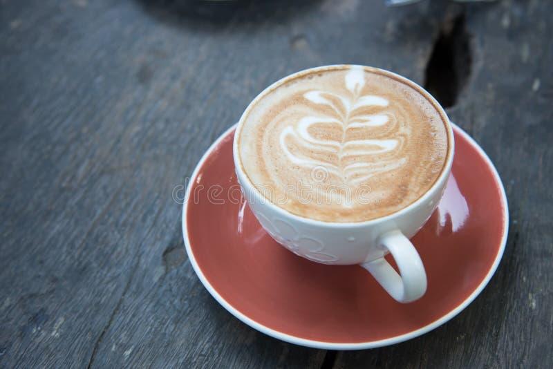 Επάνω από το φλυτζάνι του καυτού καφέ τέχνης latte σε ξύλινο στοκ φωτογραφία με δικαίωμα ελεύθερης χρήσης