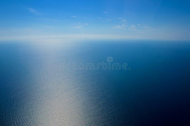 επάνω από το ωκεάνιο παράθυρο όψης εδάφους μυγών αεροπλάνων Η θάλασσα και ο ουρανός στοκ εικόνες με δικαίωμα ελεύθερης χρήσης