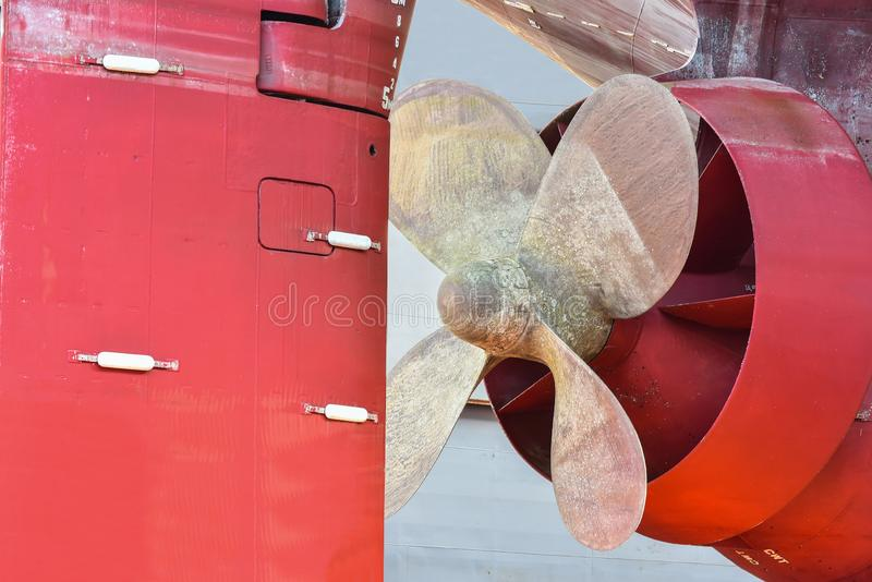 Επάνω προωστήρων στενό και φορτηγό πλοίο επισκευής στην επιπλέουσα ξηρά αποβάθρα στοκ εικόνα με δικαίωμα ελεύθερης χρήσης