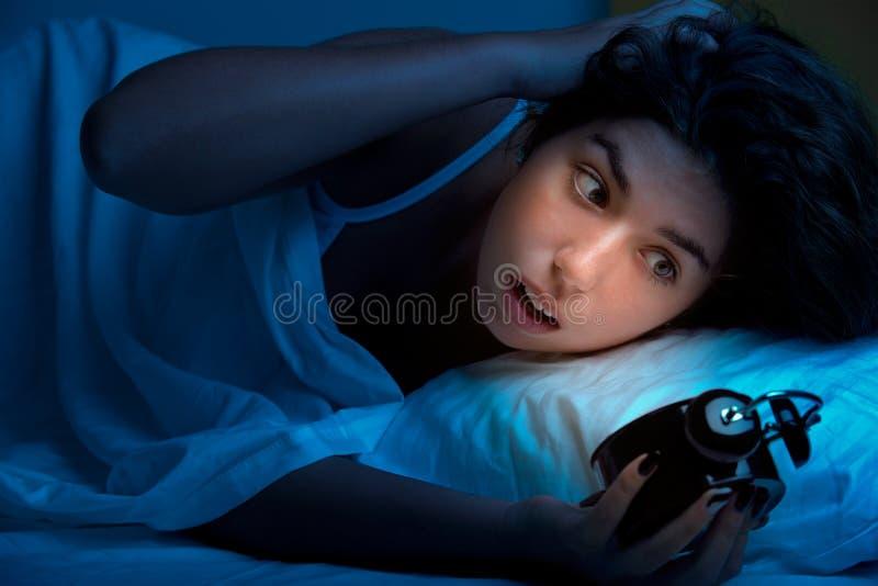 επάνω στην ξυπνώντας γυναίκα στοκ εικόνες