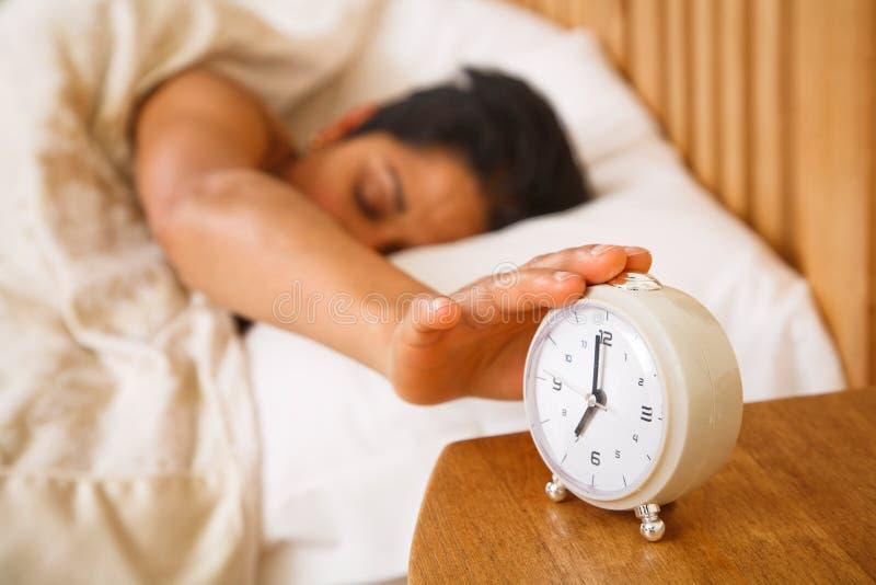 επάνω στην ξυπνώντας γυναίκ στοκ φωτογραφία με δικαίωμα ελεύθερης χρήσης