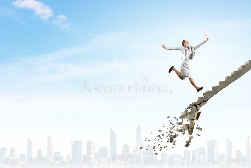 Επάνω στη σκάλα σταδιοδρομίας που υπερνικά τις προκλήσεις στοκ φωτογραφία