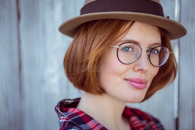 επάνω στο στενό πορτρέτο μιας χαμογελώντας hipster γυναίκας στοκ εικόνα με δικαίωμα ελεύθερης χρήσης