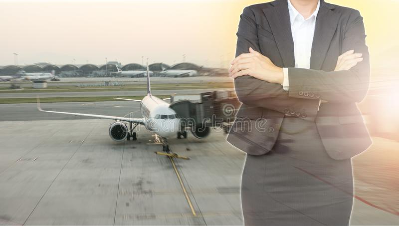 Επένδυση στην έννοια μεταφορών Επιχειρησιακή γυναίκα με το airpla στοκ εικόνα με δικαίωμα ελεύθερης χρήσης