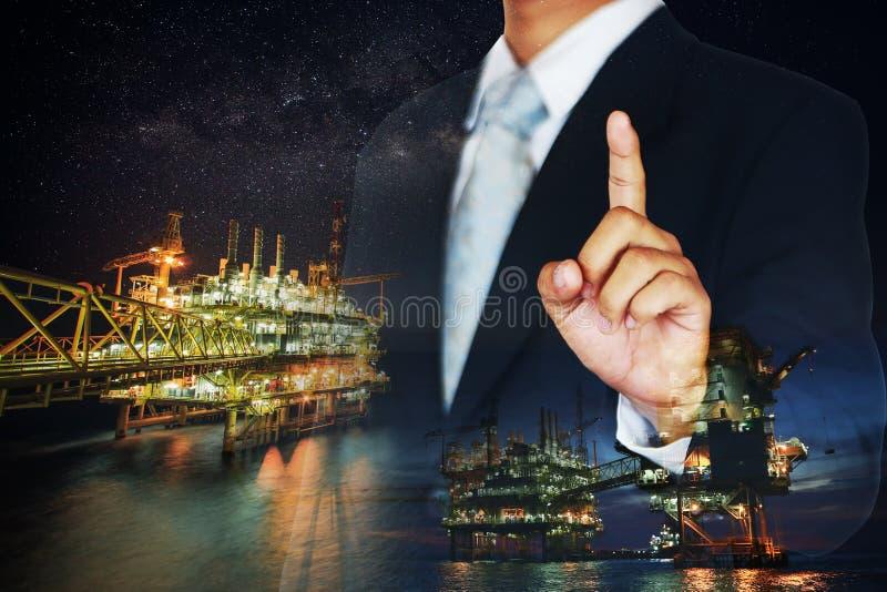 Επένδυση στο πετρέλαιο και βιομηχανία φυσικού αερίου με πολλά χρήματα Η ενεργειακή επιχείρηση στον έμπορο αποθεμάτων της ανοικτής στοκ εικόνα με δικαίωμα ελεύθερης χρήσης