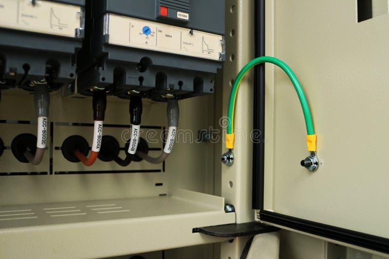 Επίγεια σύνδεση για την πόρτα της ηλεκτρικής επιτροπής στοκ εικόνα