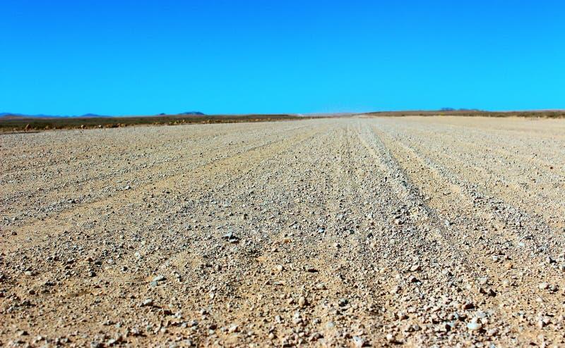 Επίγειος δρόμος μέσω της ερήμου στοκ εικόνα