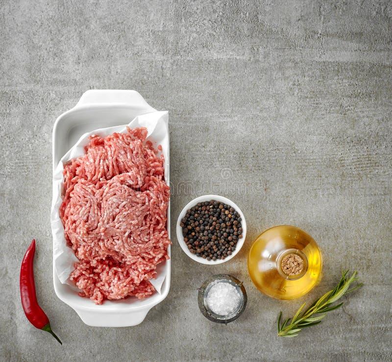 Επίγειο χοιρινό κρέας και διάφορα καρυκεύματα στοκ φωτογραφίες