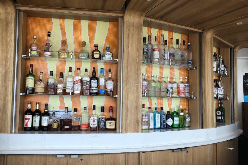 Επίδειξη μπουκαλιών κρασιού και ποτού στοκ φωτογραφία με δικαίωμα ελεύθερης χρήσης