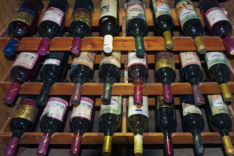 Επίδειξη μπουκαλιών κρασιού στη Ζάκυνθο, Ελλάδα στοκ εικόνες με δικαίωμα ελεύθερης χρήσης