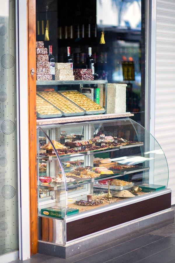 Επίδειξη-παράθυρο του μικρού καταστήματος οδών με τα ασιατικά τουρκικά γλυκά στοκ φωτογραφία με δικαίωμα ελεύθερης χρήσης