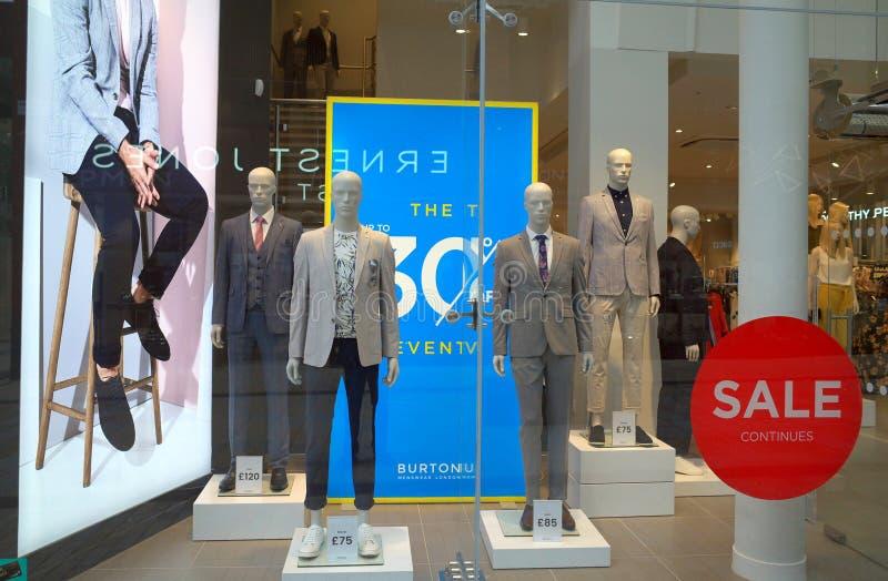 Επίδειξη παραθύρων του menswear καταστήματος μόδας Burton σε Bracknell, Αγγλία στοκ φωτογραφίες με δικαίωμα ελεύθερης χρήσης