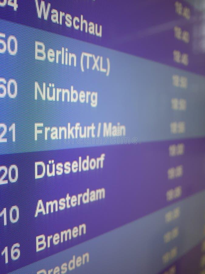 Επίδειξη που παρουσιάζει αναχωρήσεις των αεροπλάνων στον αερολιμένα στοκ εικόνες