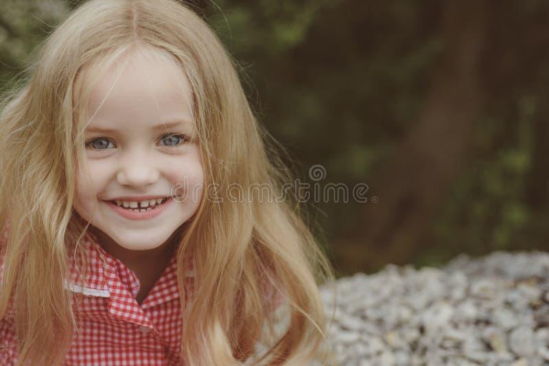 Επίδεσμος την τρίχα μου Μικρή ένδυση κοριτσιών μακρυμάλλης Μικρό κορίτσι με τα ξανθά μαλλιά Ευτυχής λίγο παιδί με το λατρευτό χαμ στοκ εικόνες