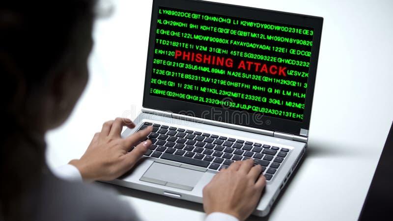 Επίθεση Phishing στο φορητό προσωπικό υπολογιστή, εργασία γυναικών στην αρχή, cybercrime, απάτη στοκ εικόνες