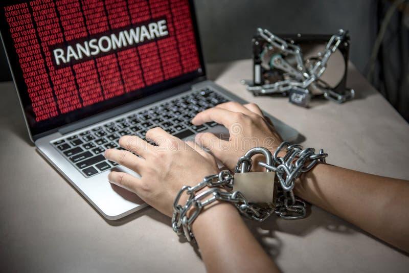 Επίθεση Ransomware cyber στο lap-top υπολογιστών στοκ φωτογραφία με δικαίωμα ελεύθερης χρήσης