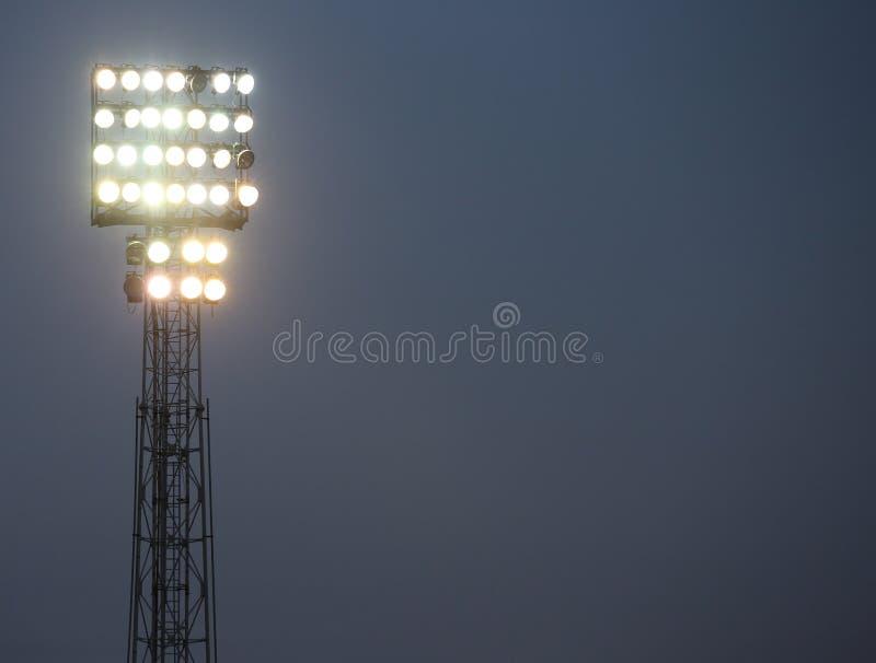 Επίκεντρα ενός γηπέδου ποδοσφαίρου αναμμένου για να φωτίσει τον τομέα στοκ εικόνα