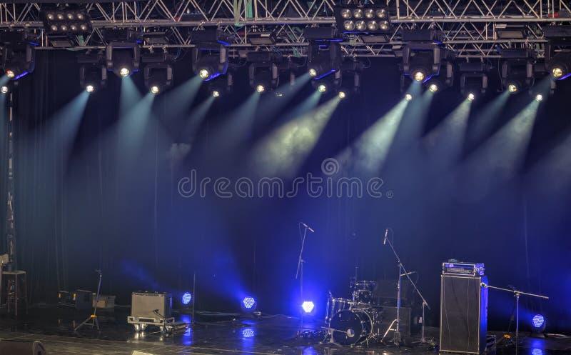 Επίκεντρα και φωτισμός στη σκηνή με τον υγιή εξοπλισμό στοκ φωτογραφία με δικαίωμα ελεύθερης χρήσης