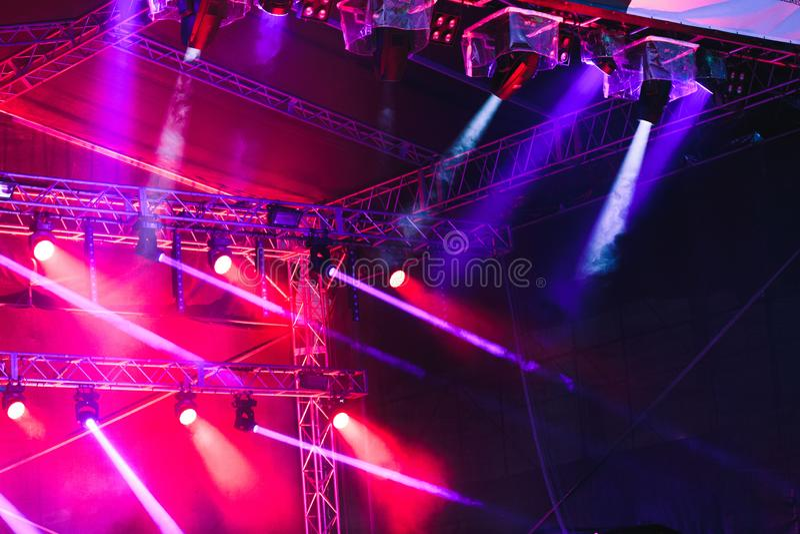 Επίκεντρα, κόκκινες και μπλε ακτίνες των φω'των επάνω από τη σκηνή κατά τη διάρκεια του φεστιβάλ γεγονότος συναυλίας στοκ φωτογραφίες με δικαίωμα ελεύθερης χρήσης