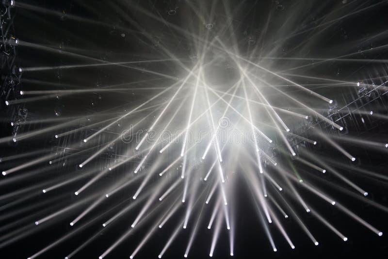 Επίκεντρα, συνδέοντας ακτίνες του ελαφριού υποβάθρου μαύρο λευκό αφαίρεση στοκ φωτογραφία