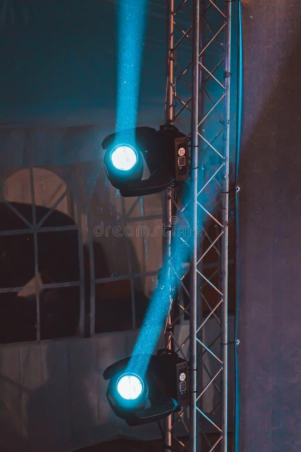 Επίκεντρα φωτισμού στη σκηνή κατά τη διάρκεια της απόδοσης με τις ακτίνες στοκ φωτογραφία